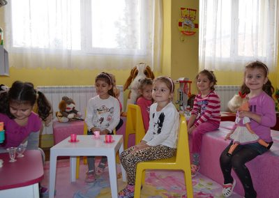 Момичета играят с кукли