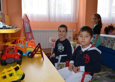 Момчета играят с коли