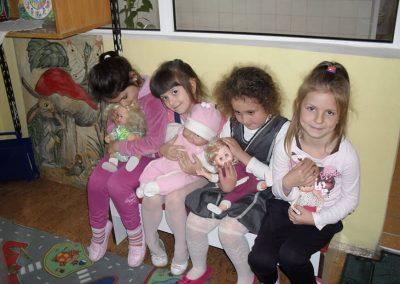 Деца с кукли